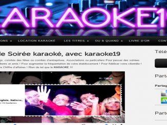 Jeunes femmes au karaoke